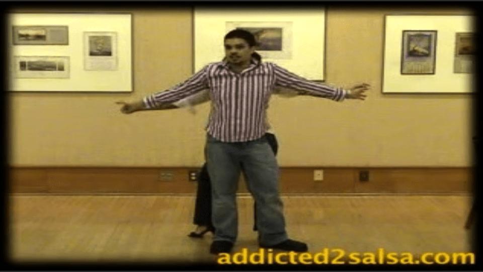 Sortir des deux mains la danse tient Salsa Dance Video